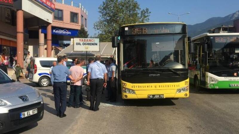 Yol vermediğini öne sürdükleri otobüsün camını kırıp şoförü darbettiler