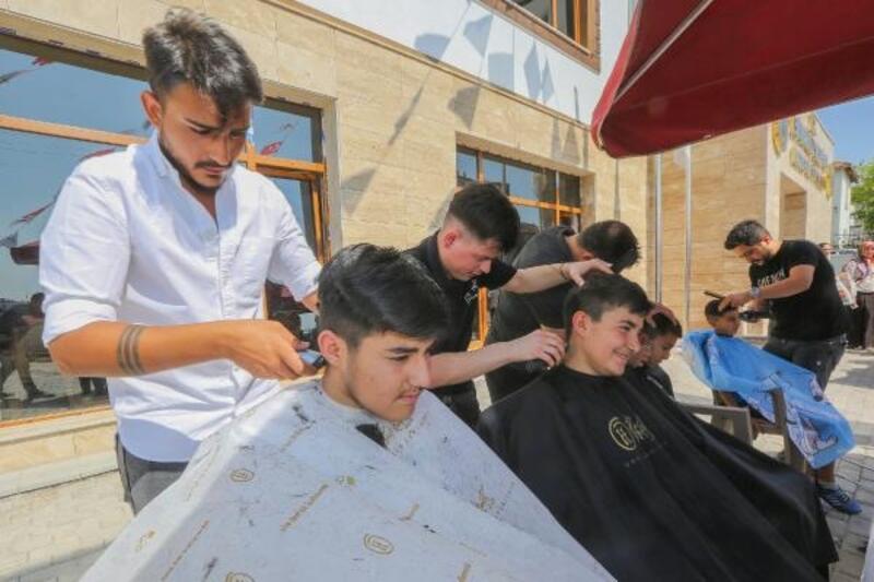 Yenimahalle Belediyesi'nden çocuklara saç kesimi