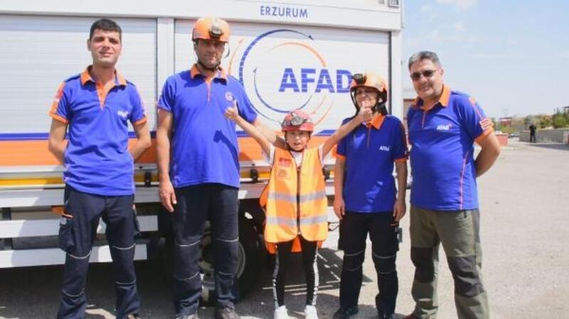 10 yaşındaki Naz ödev için deprem tatbikatı yaptı, AFAD'la enkaza girdi
