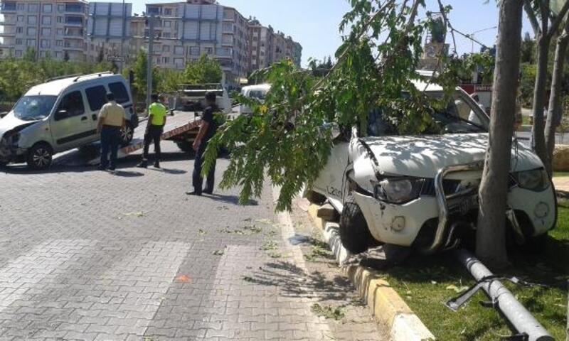 Kamyonet ile hafif ticari araç çarpıştı: 6 yaralı