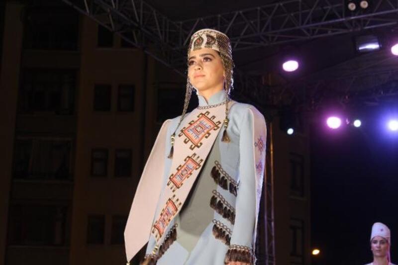 Sivas'ta, '100 Yılın Hikayesi' adlı kıyafet defilesi