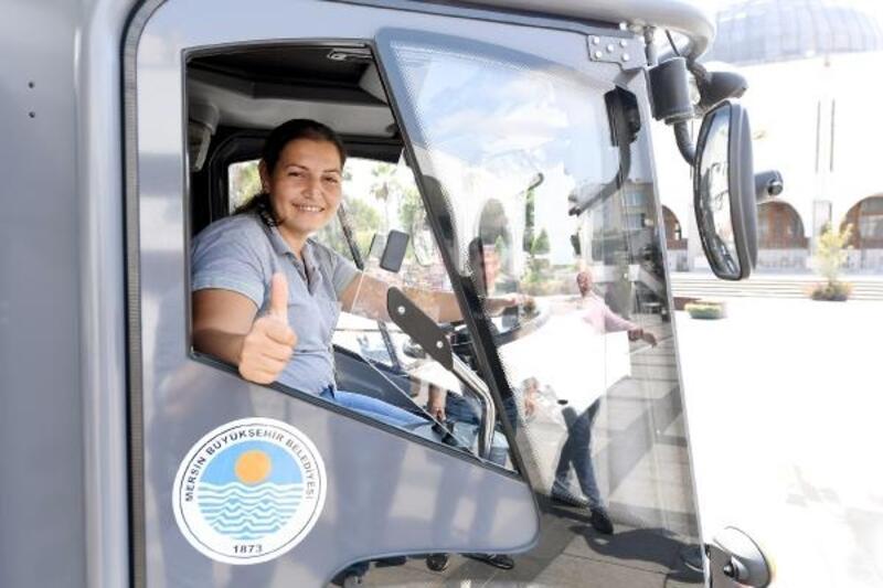 Mersin'deki yol süpürme aracının tek kadın şoförü