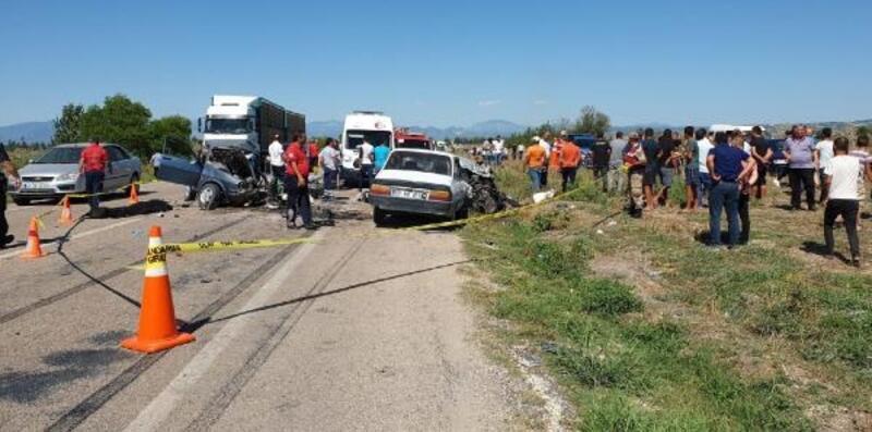Kadirli'de 3 araç çarpıştı: 1'i çocuk, 3 kişi öldü