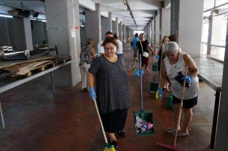 Marmaris'te kadınlar, pazar yerini temizledi