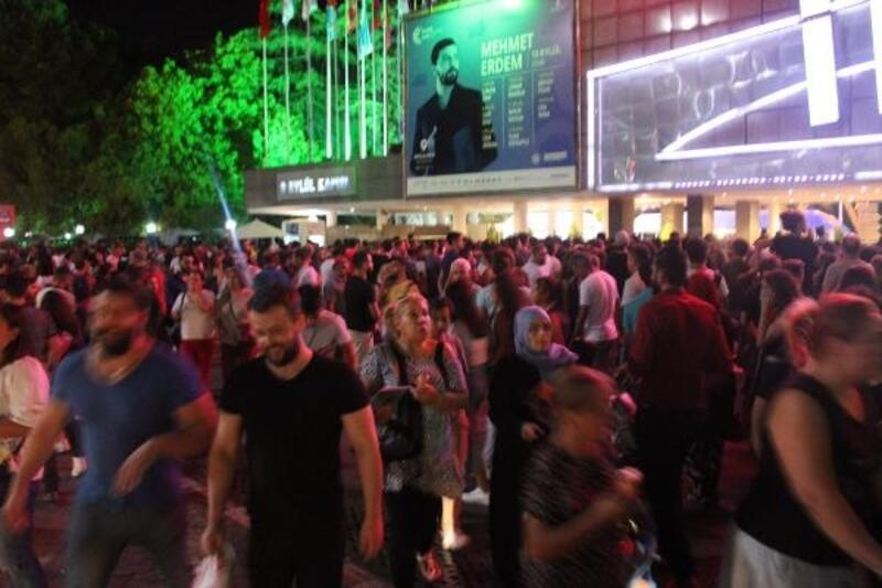 İzmir'de, fuar kapılarınınönlerinde yoğunluk yaşandı