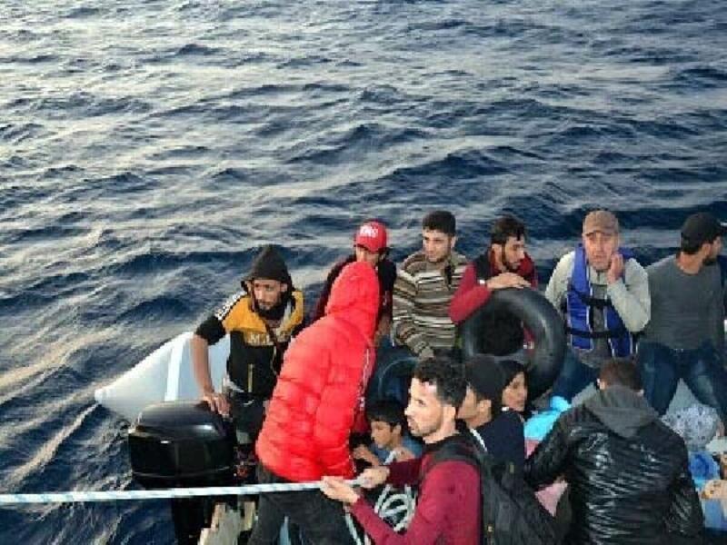 Dikili açıklarında lastik botta 47 kaçak göçmen yakalandı