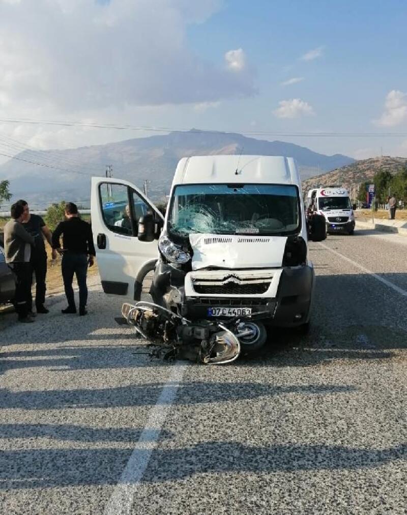 Minibüsle çarpışan motosikletin sürücüsü öldü
