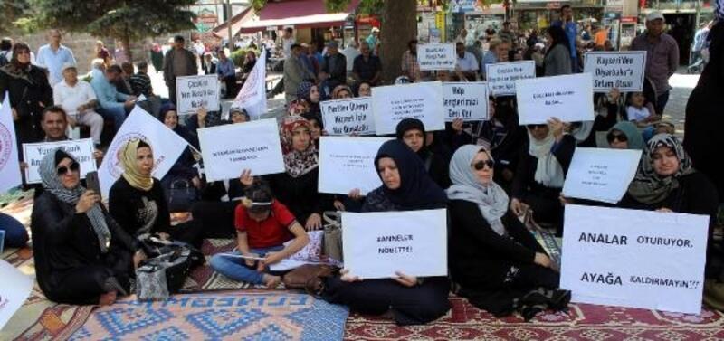 Diyarbakır'da HDP önünde eylem yapan annelere Kayseri'den destek