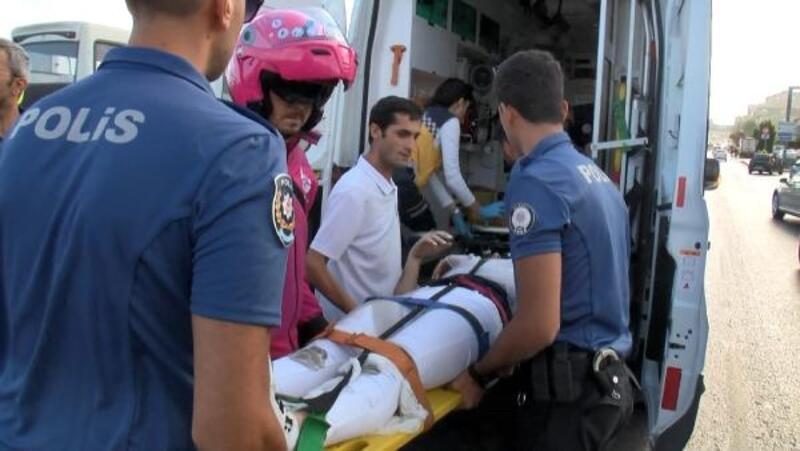 D - 100 Karayolu'nda yolcu indirirken kapıya motosiklet çarptı: 2 yaralı