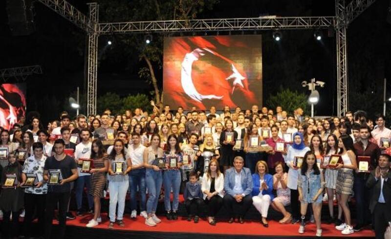 Balçova'da YKS'de başarılı olanlar ödüllendirildi