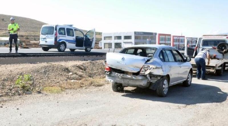 Suşehri'nde TIR, otomobile çarptı: 2 yaralı