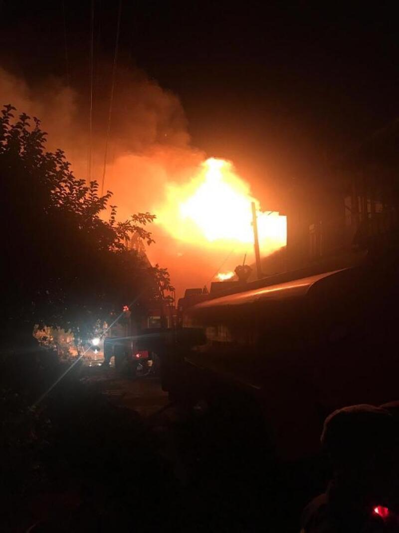 Isparta'da 3 ev yandı