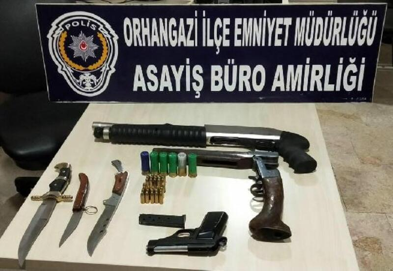 Polis şüphelendiği araçta silahlar ele geçirdi