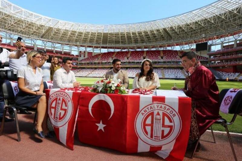 Antalyaspor taraftarı çiftin nikahı stadyumda kıyıldı