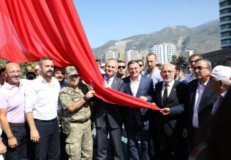 İskenderun'da Türk bayrağı göndere çekildi