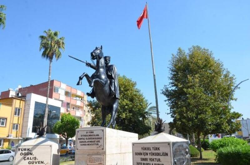 Atatürk heykellerini bakıma aldı