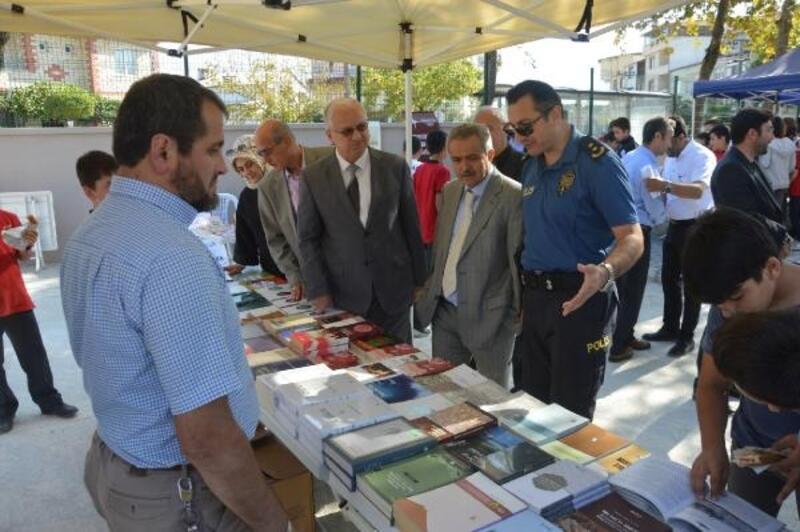 Orhangazi'de ortaokulda kitap fuarı açıldı