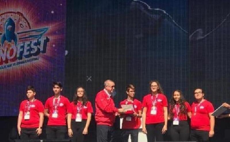 Liseli öğrenciler ödüllerini Cumhurbaşkanı Erdoğan'dan aldı