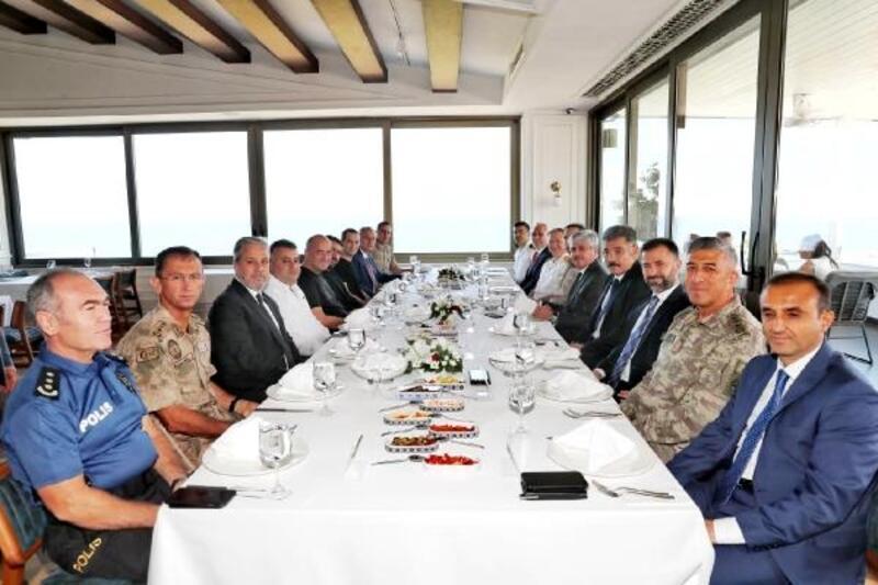 Vali Doğan'dan Müdür Karabörk'e veda yemeği
