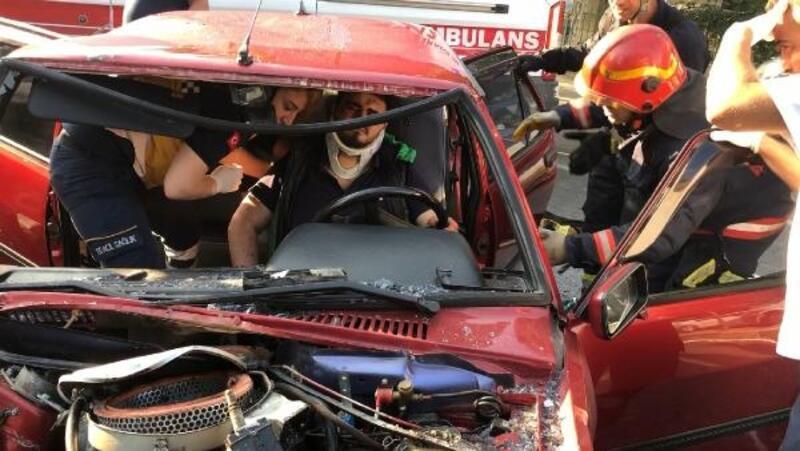 Otomobil çöp kamyonuna çarptı: 5 yaralı