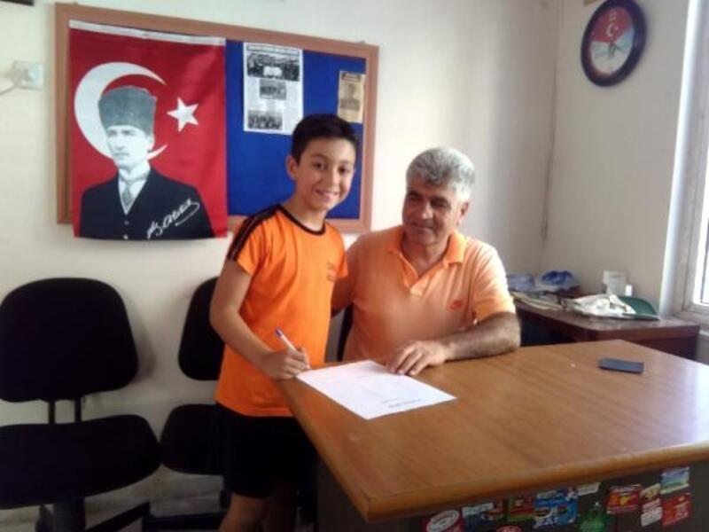 9 yaşındaki Mustafa'ya amatör lisans verilip, sözleşme imzalandı
