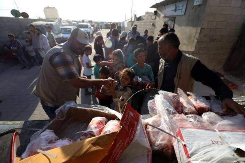 İHH ve Hayat Yolu Derneği Suriye'de et dağıtıldı
