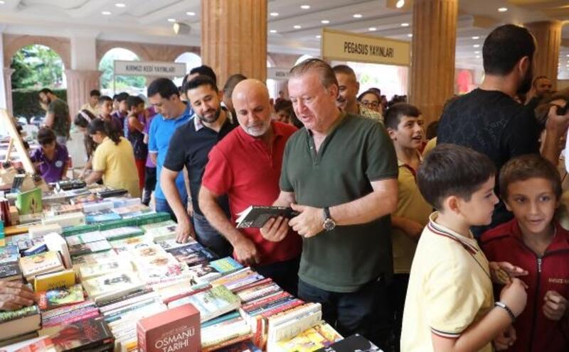 Futbolcular Alanya Kitap Günleri Fuarı'na katıldı