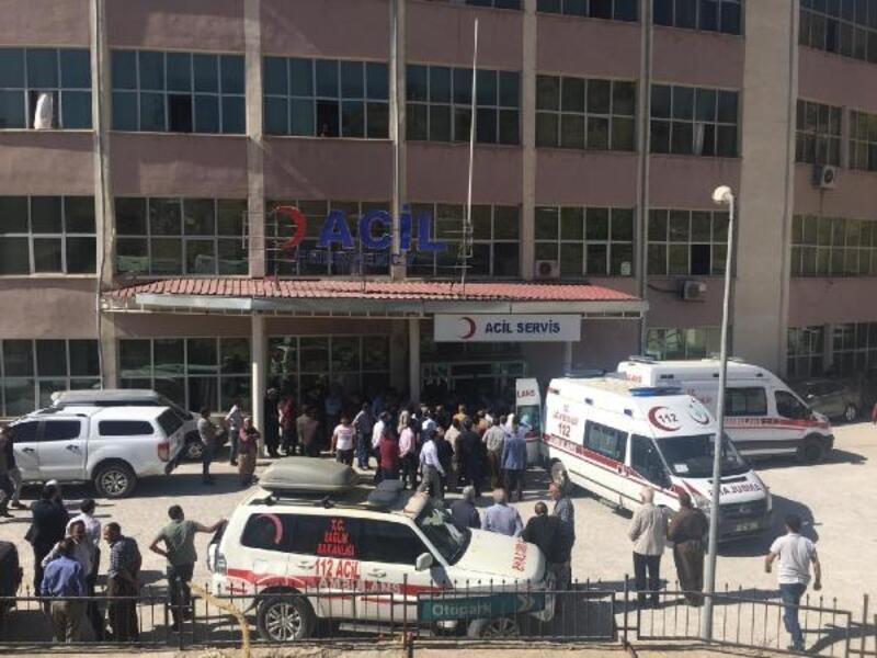 Derecik'te öğrenci servisi şarampole yuvarlandı: 5'i öğrenci 6 yaralı