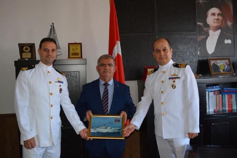 TCG Erdek Gemisi Komutanı Deniz Binbaşı Çele, Erdek Kaymakamı Ekrem Çalık'ı ziyaret etti.