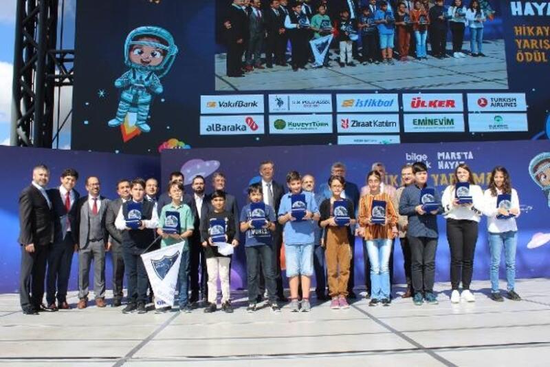 Mars'ta hayatı yazan öğrenciler ödüllerini Bakan Ziya Selçuk'un elinden aldı