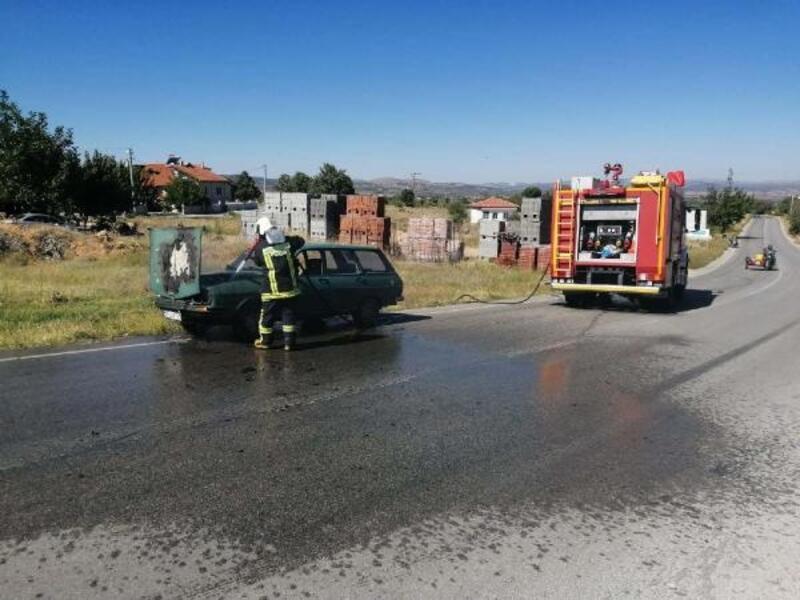 Motor bölümü alev alan otomobil hasar gördü