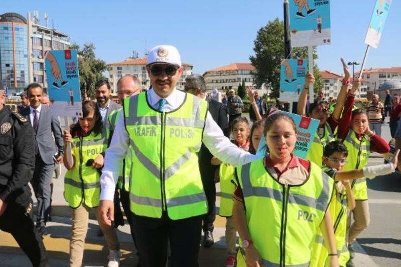 Sivas'ta protokol ve öğrencilerden yaya geçidi etkinliği