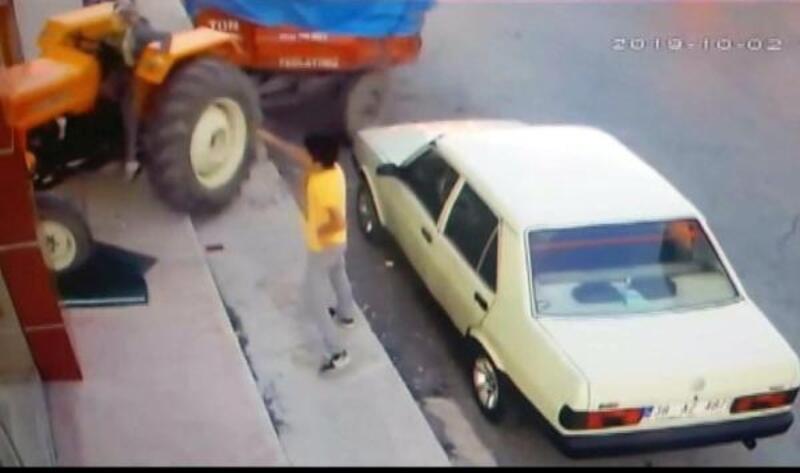 Genç kız, babasının traktörüyle iş yerine girdi