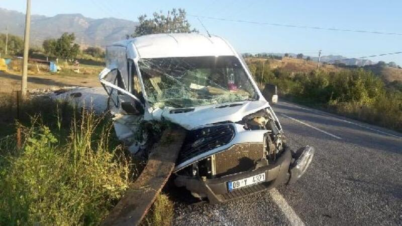 Minibüs traktöre arkadan çarptı: 1 ölü, 1 yaralı