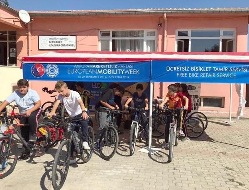 Ahmetbey'de çocukların bisikletlerine ücretsiz onarım