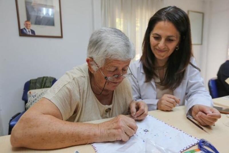 89 yaşında 'takı tasarımı' kursunda