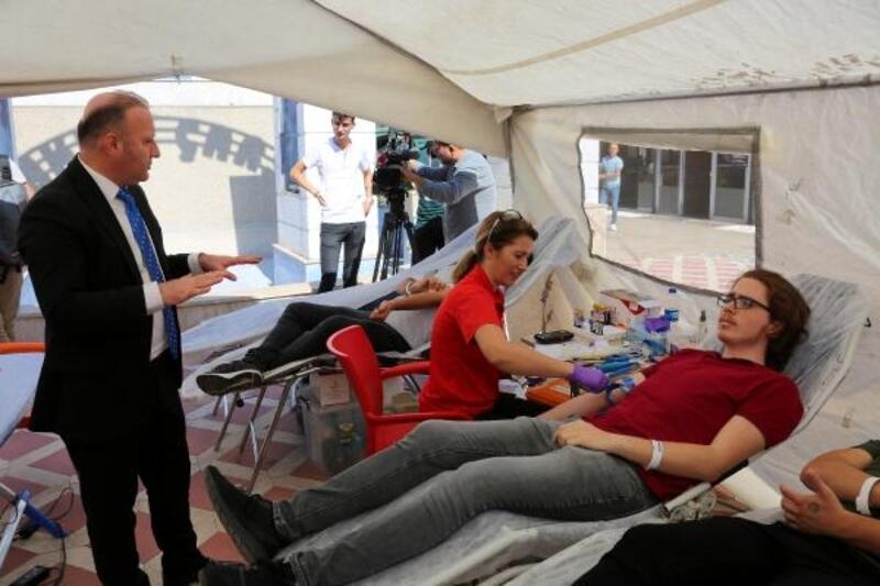 Rektör Ünal'dan Kızılay çadırına ziyaret