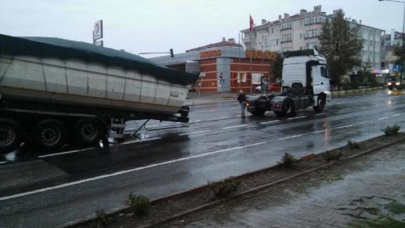 Lüleburgaz'da yerinden çıkan TIR dorsesi trafiği aksattı
