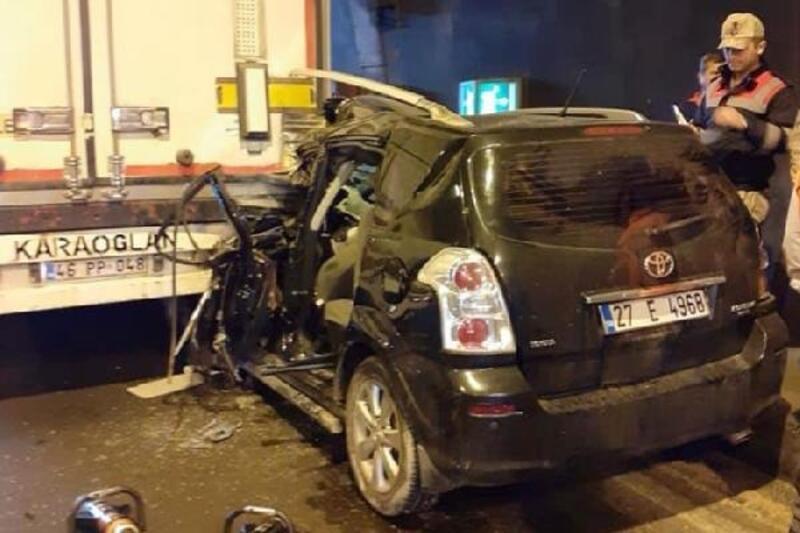Otomobil, TIR'a çarptı: 1 yaralı