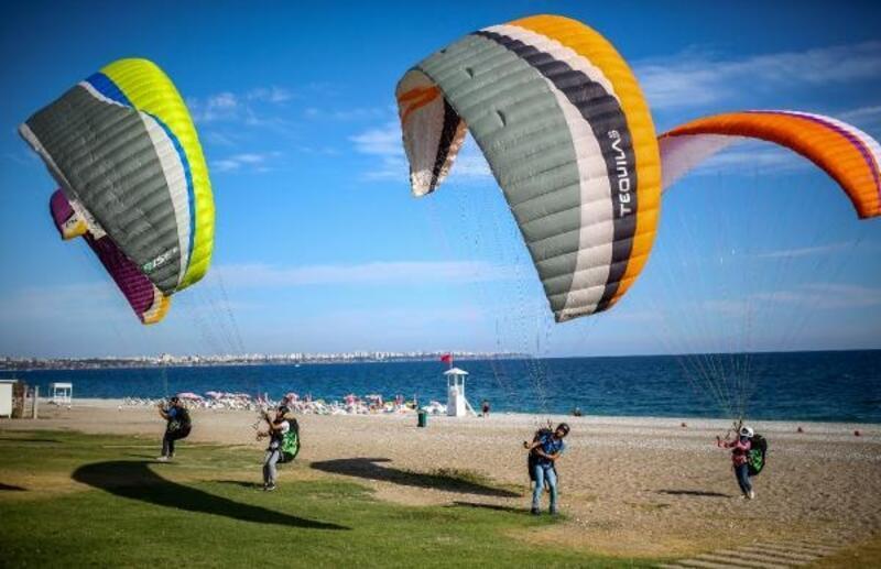Sahilde yamaç paraşütü antrenmanı