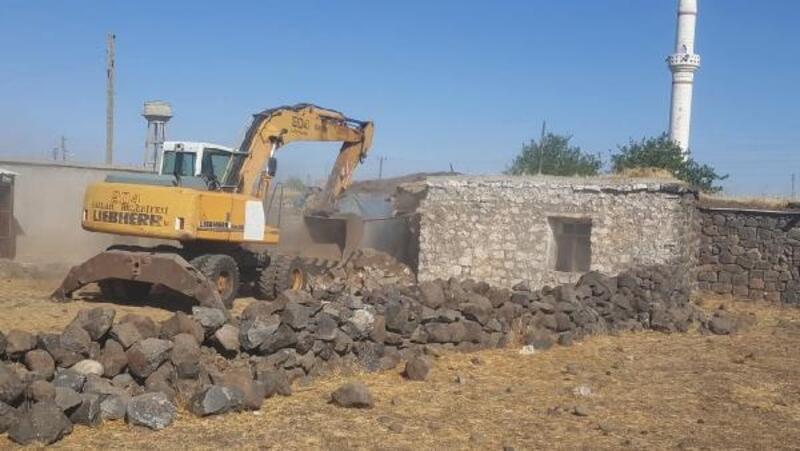 Bağlar'daki metruk yapı yıkıldı