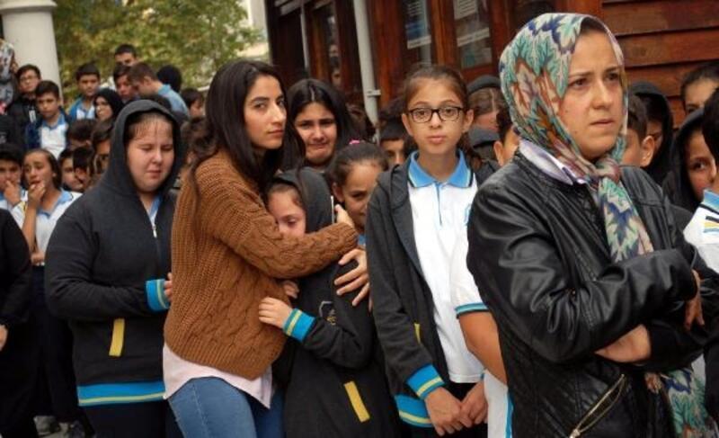 Okul arkadaşları İrfan'ı gözyaşlarıyla son yolculuğuna uğurladı