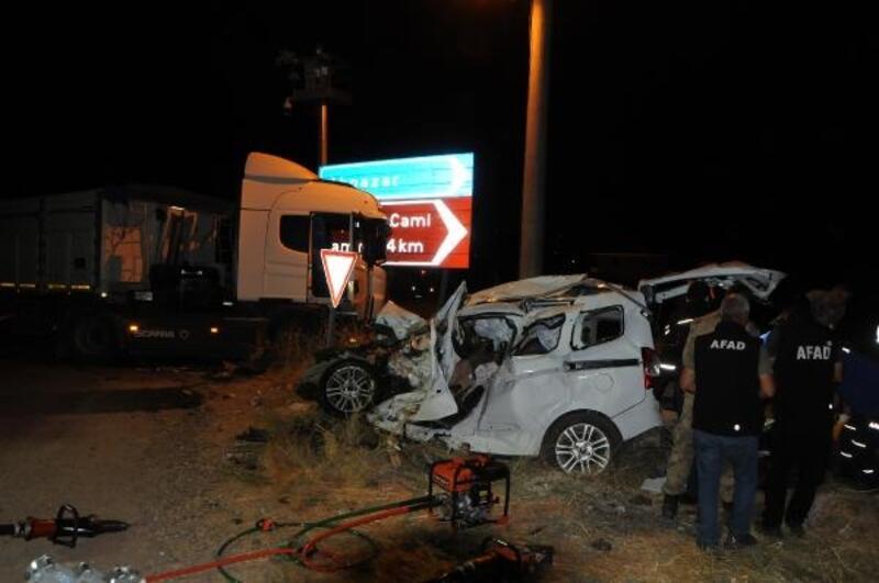 Tunceli'de, TIR ile çarpışan hafif ticari araçtaki 4 kişi öldü