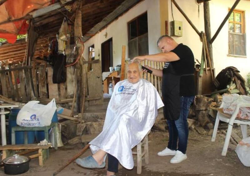 Yaşlılar evlerinde tıraş edildi