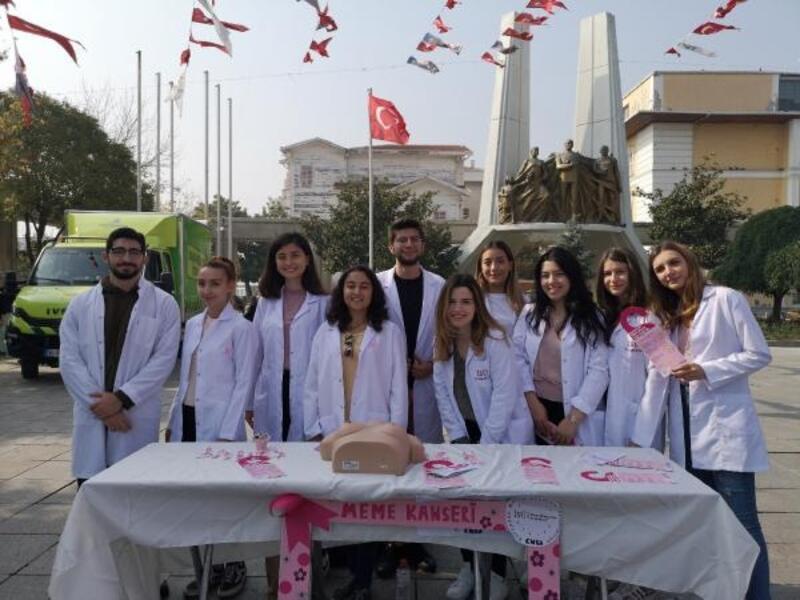 Genç tıpçılar meme kanseri için sokakta