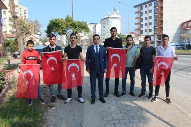 Orhangazi'de sürücülere Türk Bayrağı hediye edildi