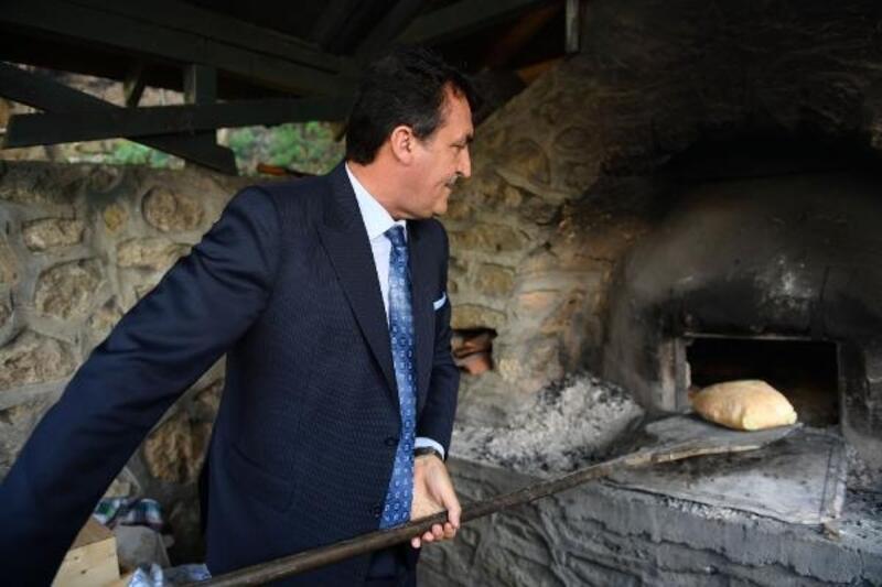 Osmangazi Belediye Başkanı Dündar, ekmek pişirdi