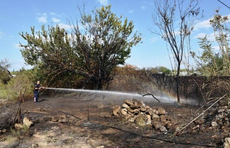 Antalya'da otluk ve çalılık alanda yangın