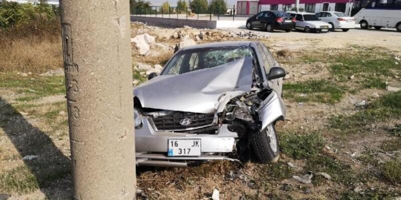 Otomobilin direğe çarptığı anlar güvenlik kamerasında