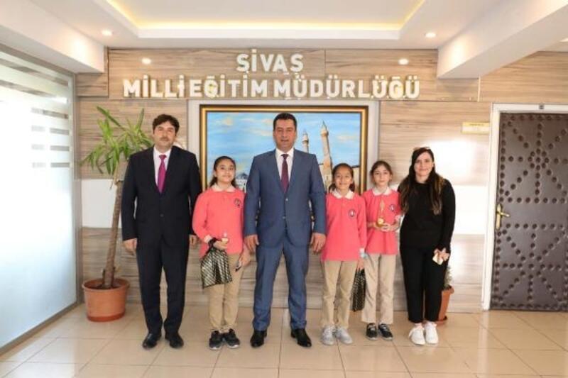 Sivas'ta öğrenciler nane ve salatalıktan kolonya üretti